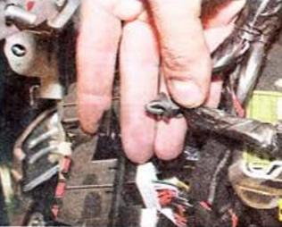 Отсоедините от блока держатель жгутов проводов